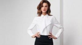Biała bluzka zawsze dodaje subtelnego uroku