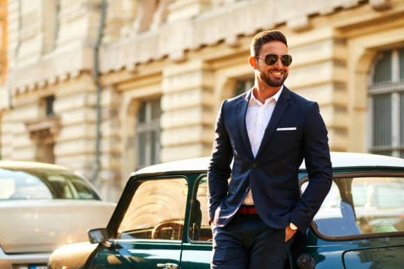 Dobrze ubrany mężczyzna jest w modzie. 7 porad stylisty LIFESTYLE, Moda - Każdy mężczyzna chciałby wyglądać jak James Bond – przyciągać wzrok kobiet, zachwycać ubiorem, cieszyć się nieomylnym gustem. To prostsze niż się wydaje – przekonuje stylistka personalna i podpowiada, od czego zacząć zmiany w szafie.