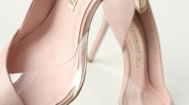 Obcas – paryski szyk wciąż w modzie LIFESTYLE, Moda - Mimo iż w każdym sezonie modny jest inny rodzaj obuwia, to już od wielu lat widoczny jest jeden powtarzający się model – na obcasie.