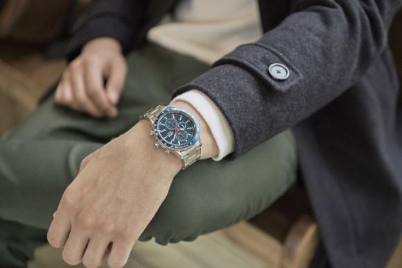 Modny dodatek do jesiennej stylizacji - czyli idealny zegarek LIFESTYLE, Moda - Kiedyś służył tylko do mierzenia czasu, dziś ludzie traktują go jako praktyczną ozdobę nadgarstka. Jest doskonałym uzupełnieniem stylizacji – zarówno tej codziennej, jak i wizytowej.
