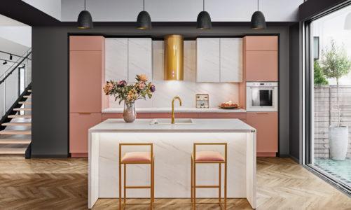 Kuchnia z różowymi meblami? To się uda! Jak wprowadzić kolor różowy do kuchni i z czym go łączy?