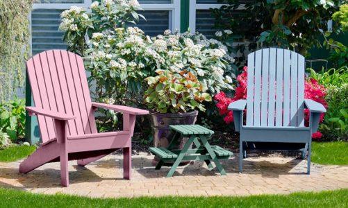 Kolorowe krzesła w domu i na tarasie